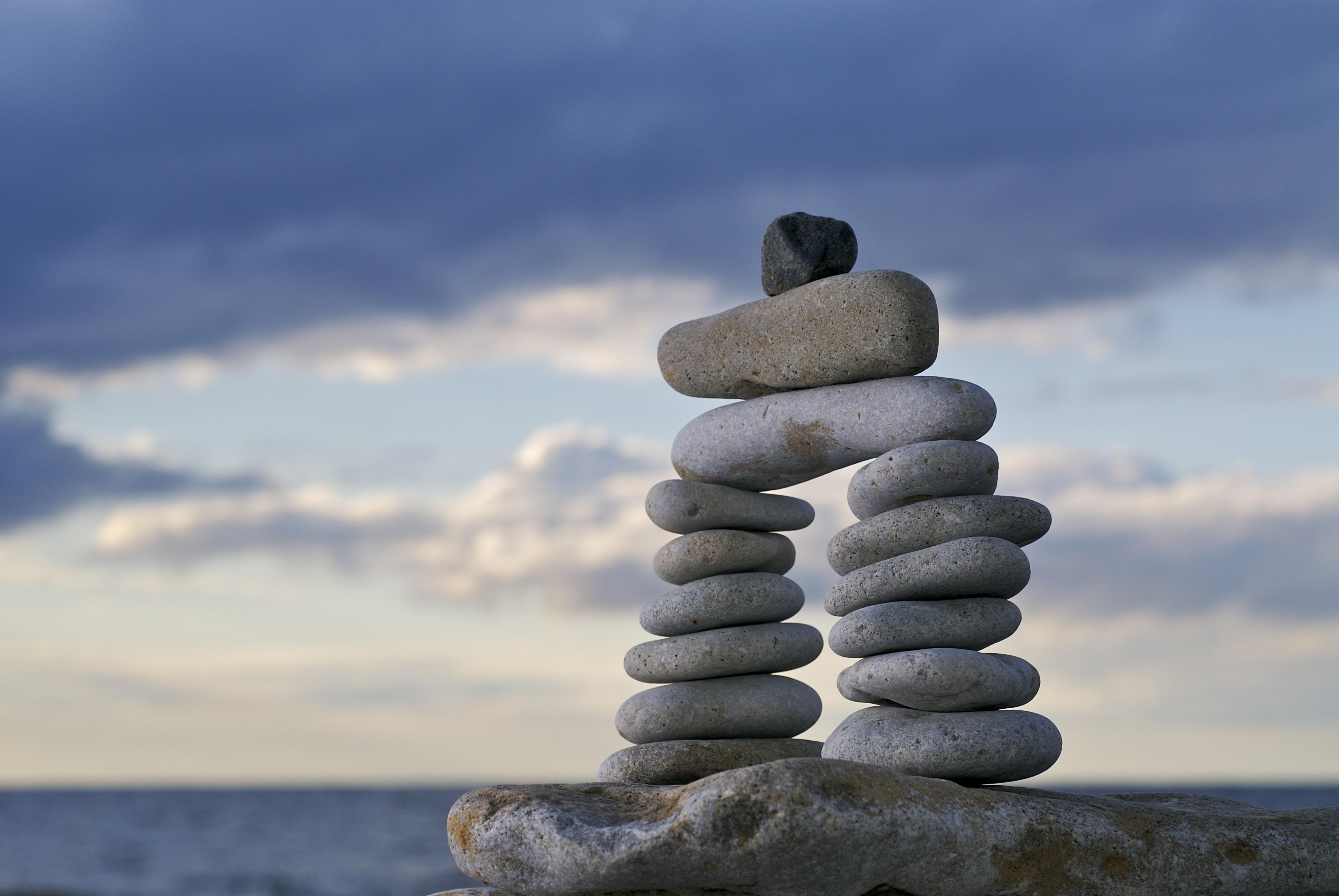 Kamienie na tle nieba