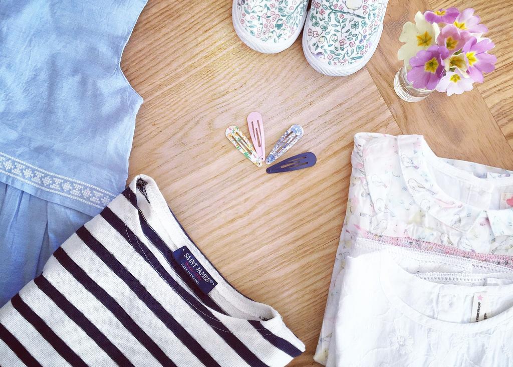 ubrania na podłodze