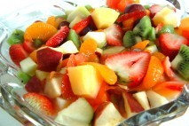 Pokrojone owoce na talerzu