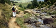 Mężczyzna chodzi po górach