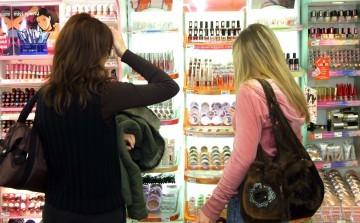 Kobiety w sklepie z kosmetykami