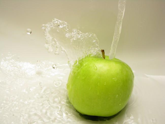 Mycie jabłka pod kranem