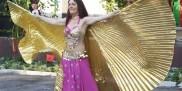 Kobieta tańczy taniec brzucha