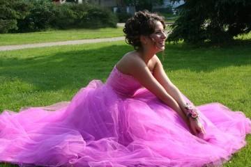 Kobieta w sukni na łące