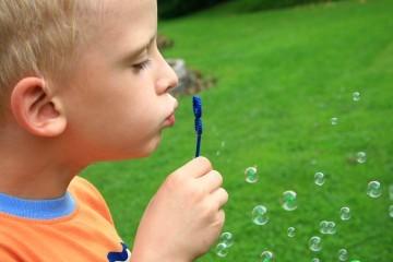 Chłopiec robi bańki mydlane