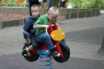 Chłopcy na placu zabaw