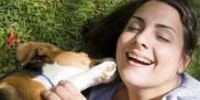 Kobieta bawi się z psem
