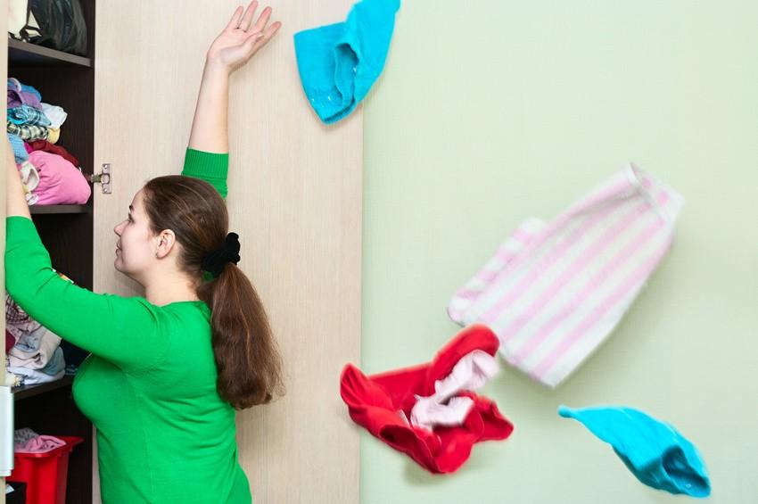 Kobieta - porządki w szafie