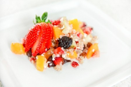 Sałatka z kaszą jęczmienną i owocam
