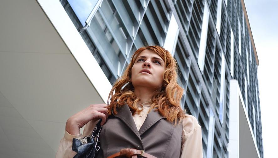 kobieta przed biurem