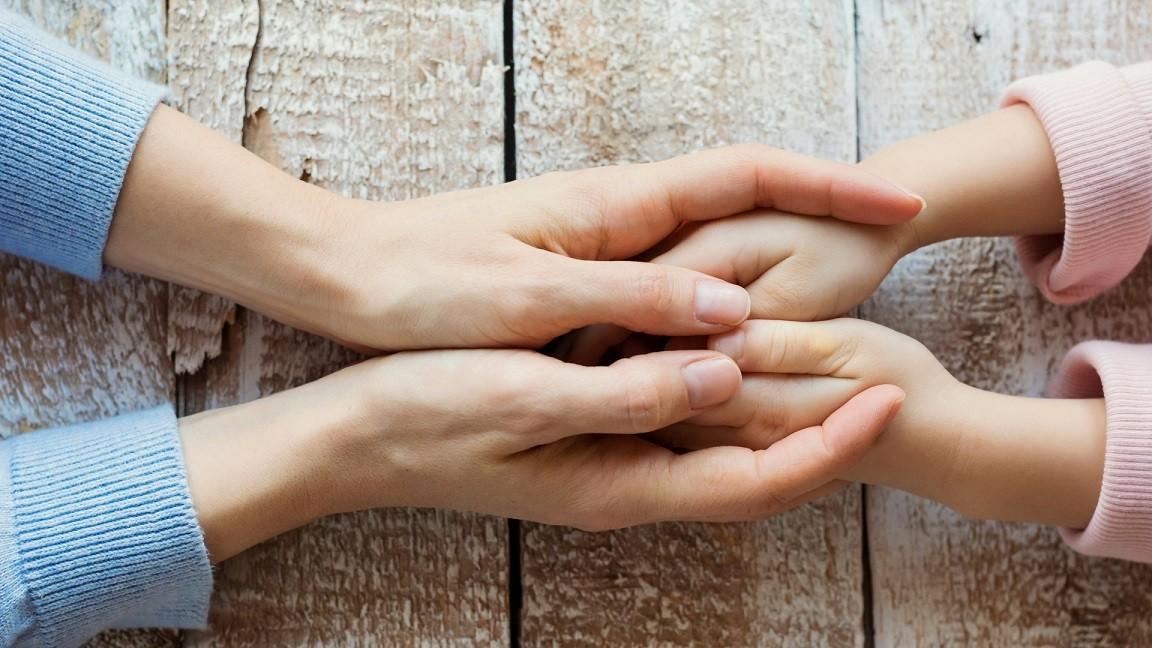 matka i dziecko dłonie