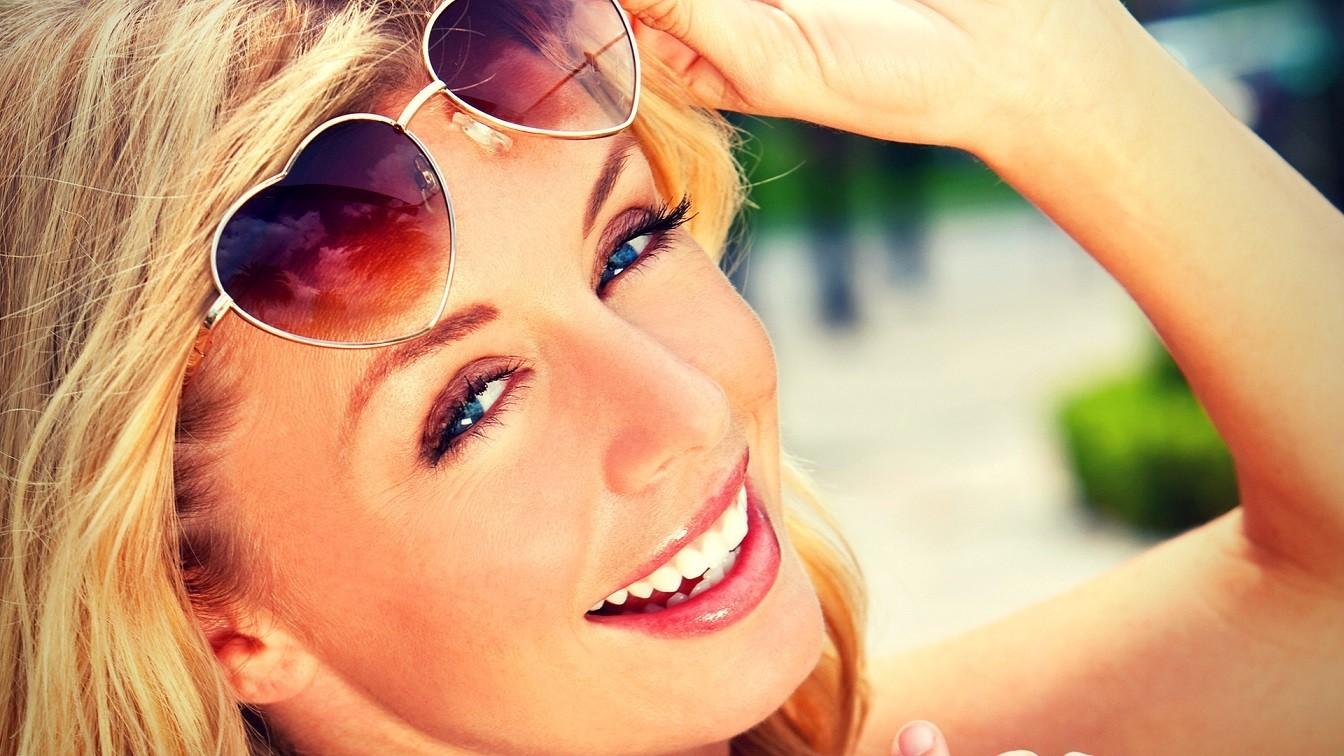 radosna kobieta lato