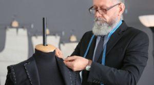 krawiec szyjący garnitur